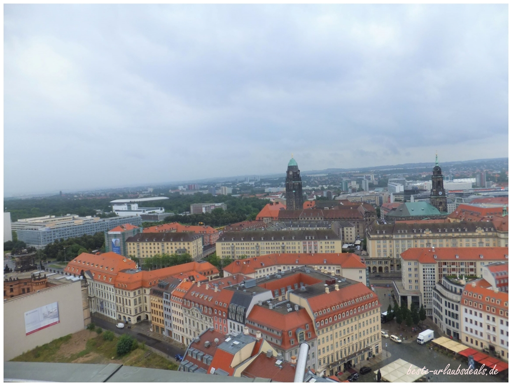 eine Aussicht-von-der-Frauenkirche-über-Dresden-